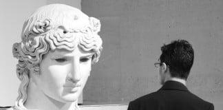 Jeune homme regardant une autorité grecque. Photo Jean-Baptiste Audrerie. Reproduction interdite.